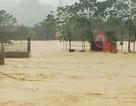Cứu sống 2 công nhân bị mắc kẹt giữa dòng nước lũ