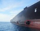 Iran công bố ảnh tàu dầu bị thủng lớn do trúng tên lửa