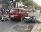 Người phụ nữ lái ô tô tông nhiều xe máy trước cổng trường tiểu học