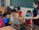 Nước sông Đà nhiễm dầu: Nhiều trường dùng nước đóng bình để nấu bán trú