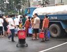 Phát hiện nước sạch phát miễn phí có mùi tanh, cư dân đành phải đổ bỏ