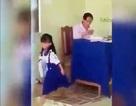 Xôn xao hình ảnh cô giáo chấm bài rồi bỏ vở học sinh xuống nền nhà