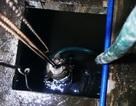 Nước vẫn đặc sệt, nhầy nhụa dầu thải khi rửa bể chung cư Hà Nội
