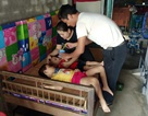 Bố mẹ nghèo khóc nghẹn, mơ hộp sữa cho 2 con thơ bại não