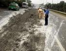 Hà Nội: Cảnh sát giao thông dọn bùn thải trên đường