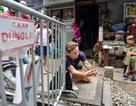 Du khách xếp hàng chụp ảnh phố cà phê đường tàu... qua rào chắn