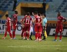 Cầu thủ TP HCM suýt bỏ trận đấu để phản đối trọng tài