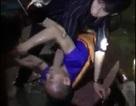 Người dân đốt lửa sưởi ấm, cứu sống người đàn ông đuối nước trên sông Lam