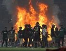 Bạo loạn kinh hoàng, CĐV Indonesia đập phá, đốt SVĐ