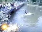 Kịch tính clip bố kéo con khỏi ô tô đang chìm, ném lại lên cầu để giải cứu