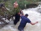 Nhóm thanh niên vượt dòng nước lũ cứu 4 người mắc kẹt giữa sông