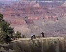 Thót tim khoảnh khắc cô gái suýt trượt chân ngã xuống Grand Canyon khi chụp ảnh