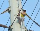 """Hà Nội: Nam thanh niên """"cố thủ"""" trên cột điện cao thế"""