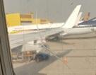 Một hãng hàng không dán tạm bợ cửa kính máy bay nứt vỡ bằng băng dính thường