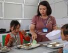 Cảm động cô giáo đi xin cơm cho học trò nghèo