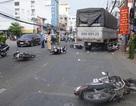 Xe tải tông 6 xe máy dừng đèn đỏ, 4 người bị thương