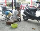 Người đàn ông cụt hai chân vẫn đi sửa xe khắp phố