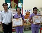 Tặng Giấy khen cho 2 cô giáo bảo vệ học sinh trước đàn ong rừng