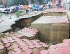 Hè, đường sụt vỡ toang hoác, trôi ra lòng kênh sau mưa lớn