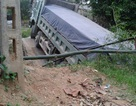 Xe tải né trạm cân, gây sập cầu tạm?