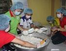 Đội mưa nấu thức ăn, phát cơm miễn phí cho sĩ tử nghèo