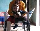 Nao lòng cảnh mẹ bị ung thư ôm con trên chiếc xe lăn