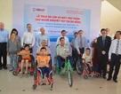 Đoàn nghị sĩ Hoa Kỳ tặng xe lăn, xe lắc cho người khuyết tật