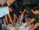 Bộ đội chở nước ngọt phục vụ người dân vùng hạn, mặn