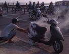 Hoảng hồn khi xe gắn máy đang chạy bỗng bốc cháy ngùn ngụt