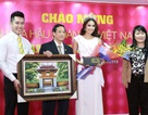 """Hoa hậu Hoàn vũ Phạm Thị Hương làm """"nhân viên"""" ngân hàng"""