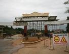Huyện nghèo chi tiền tỉ xây cổng chào?