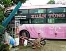 Xe khách tông sập quán nước, hàng chục hành khách hoảng hồn
