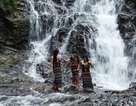 """Ngắm sơn nữ tắm mát dưới """"thác 3 tầng"""" bên đường Hồ Chí Minh"""
