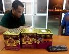 Bắt xe khách chở 108 viên pháo Trung Quốc ngụy trang trong thùng mỳ