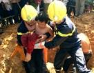 Cảnh sát cứu bé trai 7 tuổi rơi xuống hố móng cột điện
