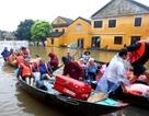 Nước dâng cao, du khách bắt đầu di tản khỏi Hội An