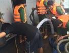 Tàu chở 2.000 tấn đá gặp sự cố trên đảo Cồn Cỏ, 10 người thoát nạn