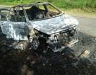 Ô tô bất ngờ bốc cháy, 5 người đi trên xe thoát nạn