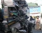 Hai xe tải tông nhau, tài xế mắc kẹt trong ca bin