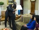 Nina Pham ôm Tổng thống Obama sau khi xuất viện