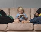 """Phụ huynh không hề kém cạnh con cái trong việc """"nghiện"""" điện thoại, TV"""
