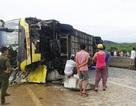 Lật xe khách trên quốc lộ, 1 người chết, 4 người bị thương