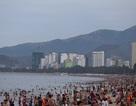 Biển Nha Trang đông nghẹt người trong ngày Tết Đoan Ngọ