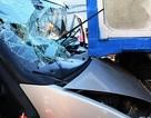 Hàng chục người giải cứu tài xế mắc kẹt trong ca bin