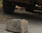 Dân đặt đá tảng giữa đường chặn xe quá tải