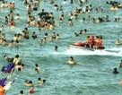Hãi hùng cảnh mô tô nước lao thẳng vào dòng người đang tắm biển