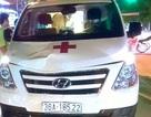 Thiếu nữ bị xe cứu thương hất văng lên nắp capo