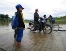 Học sinh miền núi chông chênh bè mảng đến trường