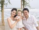 Tiểu công chúa nhà Trang Nhung cười tít trước biển cùng ba mẹ