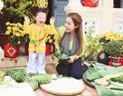 Cadie Mộc Trà hào hứng gói bánh tét cùng mẹ Elly Trần